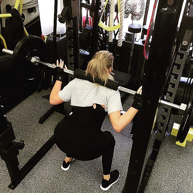 Khloé was at it again, this time doing squats with a barbell.
