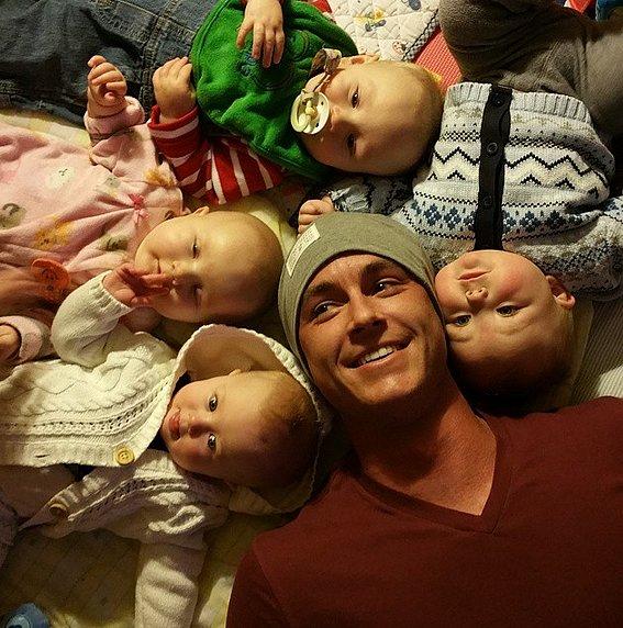 """PS: Vous avez affiché les plus mignons des photos de vos neveux et nièces.  Combien en avez-vous?  RK: Quatre.  Je ai deux nièces et deux neveux, et plus sur le chemin.  Je suis sûr que, plus encore que je sache.  Chaque fois que je parle à ma mère, elle est comme, «Devinez qui d'autre est de nouveau enceinte?""""  Avoir 14 frères et sœurs, le moment est venu, et mes frères et sœurs plus âgés sont tout simplement les bébés popping out.  PS: Etes-vous excité pour eux de voir les choses que vous avez été dans un jour?  RK: Oui, et je dois encore jeunes frères et sœurs qui sont à l'école secondaire, et ils aiment le spectacle.  Il est amusant quand je soit Tweet en direct ou regarder le spectacle, je reçois des textes de mes jeunes frères et sœurs à poser des questions.  Il est soigné.  Il est cool qu'ils sont en mesure de regarder le spectacle.  PS: Est-ce qu'ils ont des amis qui fangirl sur vous?  RK: Oui.  [Rires.] Mes jeunes sœurs, les deux plus jeunes sont en milieu scolaire, et chaque fois que je rentre à la maison, ils ont un paquet de Teen Wolf photos imprimées hors qu'ils veulent me faire signer, et ils sont si mauvais.  Je suis comme, «Je ne veux pas signer ces. Pourquoi ne pas aller imprimer de véritables photos, hors bons?""""  Et ils sont comme, """"Non, ce sont bien.""""  Et je vais signer, comme, 50 d'entre eux.  Ils pourraient les vendre sur eBay, je ne sais pas.<br /><br />"""