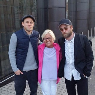 This Ridiculously Lucky Fan Ran Into Charlie Hunnam and Robert Pattinson at the Same Time