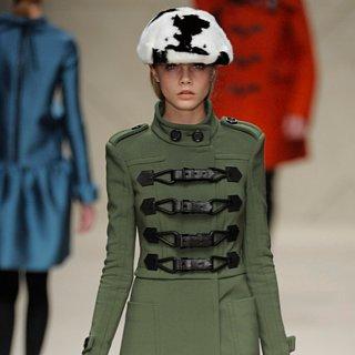 Défilés de Mode Cara Delevingne