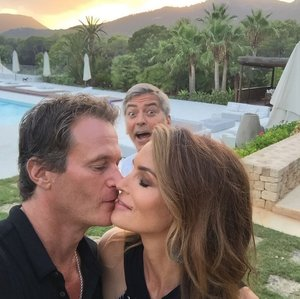 George Clooney Photobombing Cindy Crawford and Rande Gerber