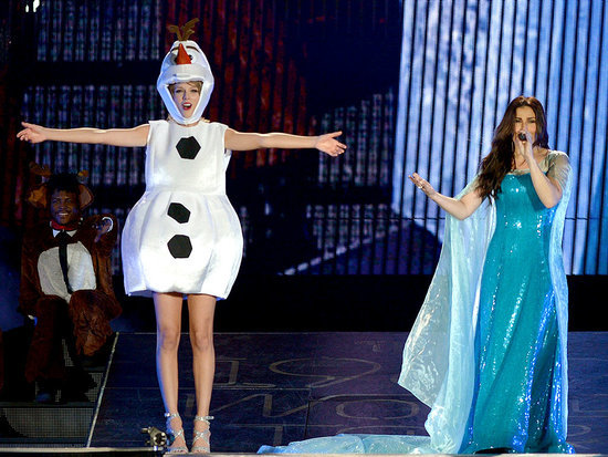 Taylor Swift Invites Idina Menzel Onstage, in Costume, for Halloween 'Let It Go' Singalong