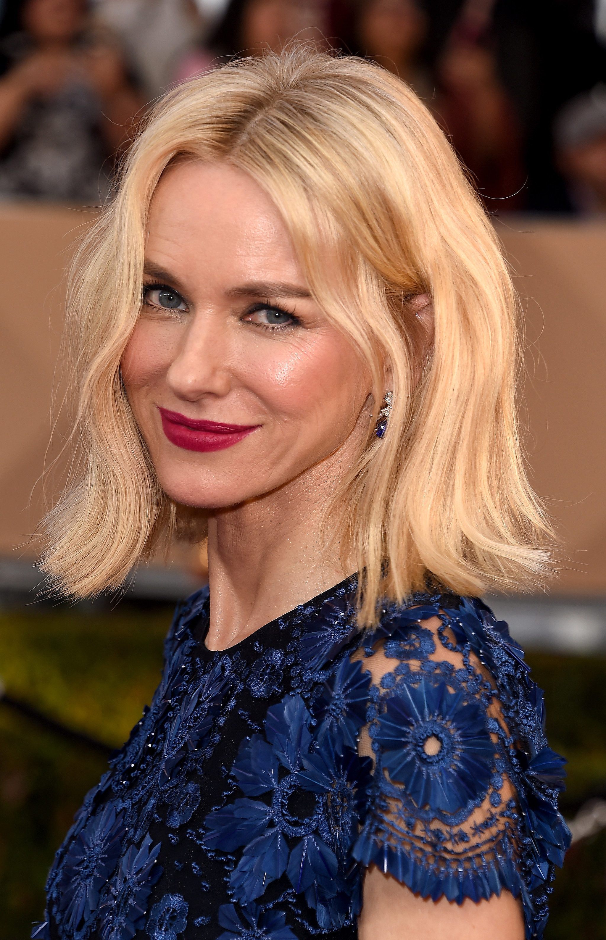 Naomi Watts | See Every Breathtaking Beauty Look From the 2016 SAG ... Naomi Watts
