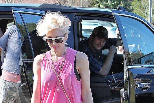 Gwen Stefani Explains Hilarious Pic of Blake Shelton Checking Out Her Booty (PHOTO)