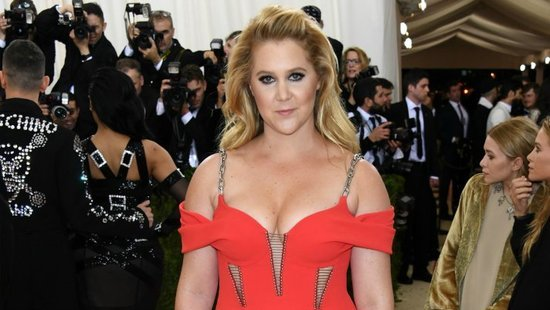 Amy Schumer Getting Ready For The Met Gala Gives Us The One Beauty Trick We Need All Summer