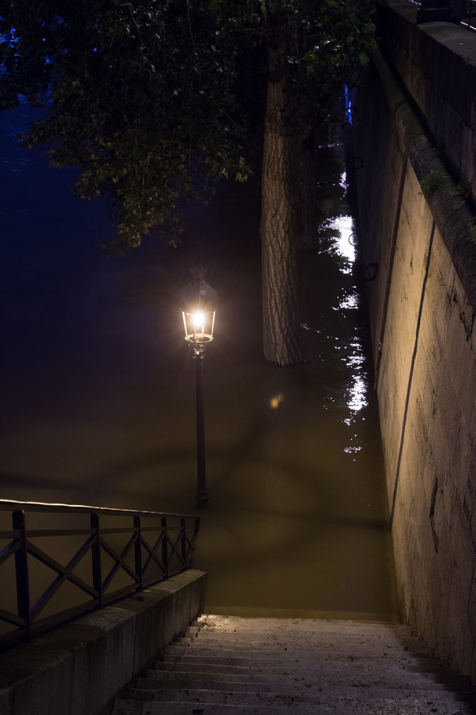 15 Haunting Photos of Paris Underwater