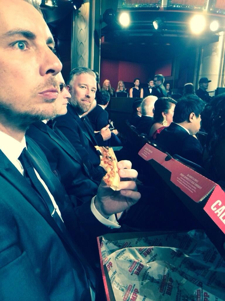 Dax Shepard snacked on pizza while Kristen Bell snapped a picture. Source: Twitter user IMKristenBell