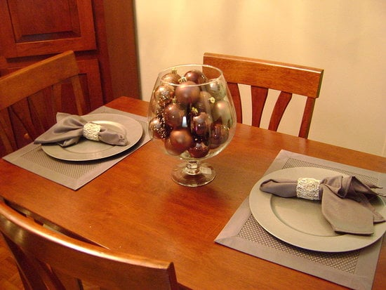 Casa Quickie: Use Ornaments For a Chic Centerpiece