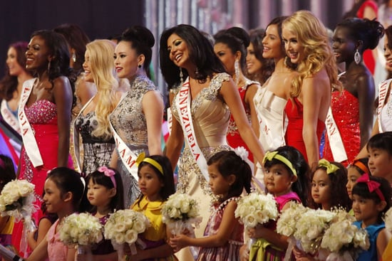 Miss-World-contestants-sang-group-children-during