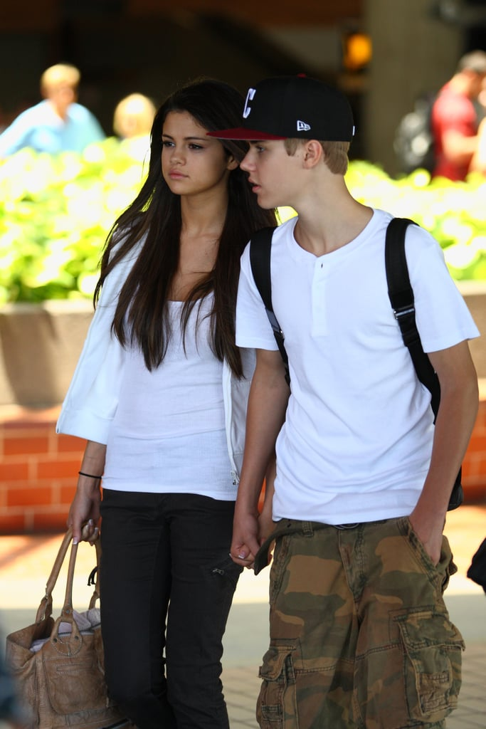 Arriving at an airport in Hawaii in May 2011, Justin and Selena Held hands.