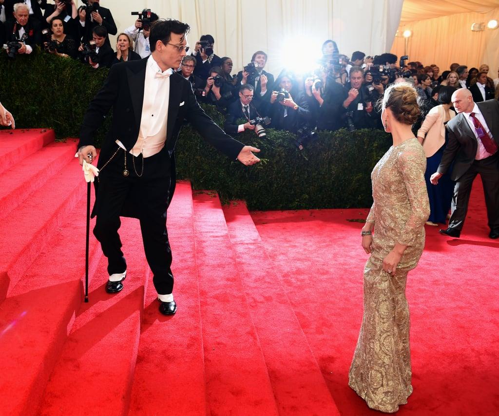 Johnny Depp lent a hand to Amber Heard.