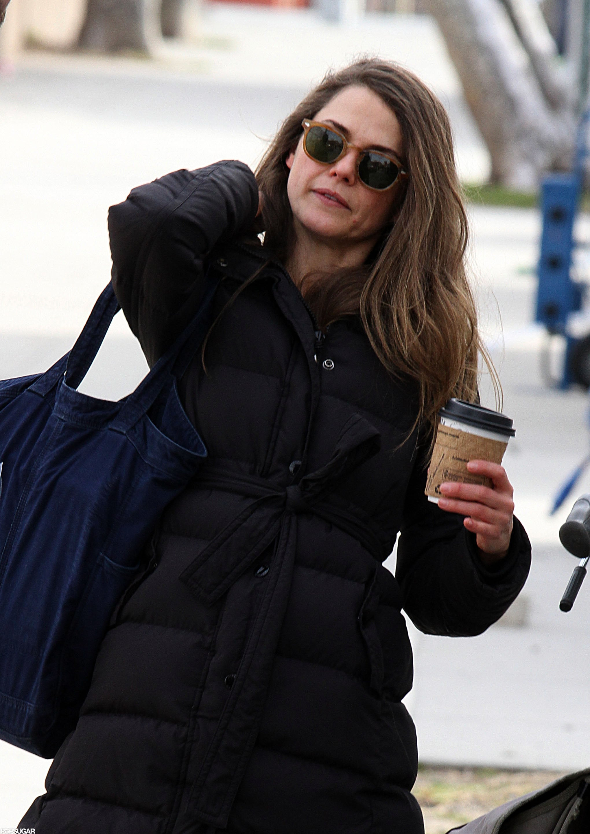 Keri Russell lifted a bag over her shoulder.