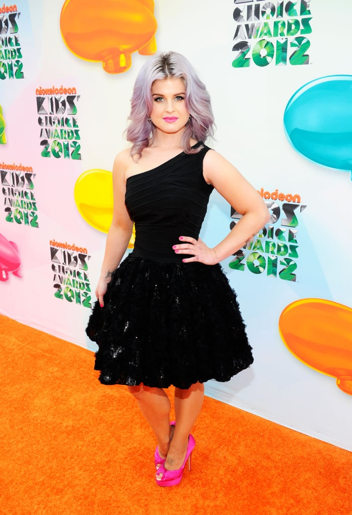 Kelly Osbourne wore a black one-shoulder dress with hot-pink pumps last year.