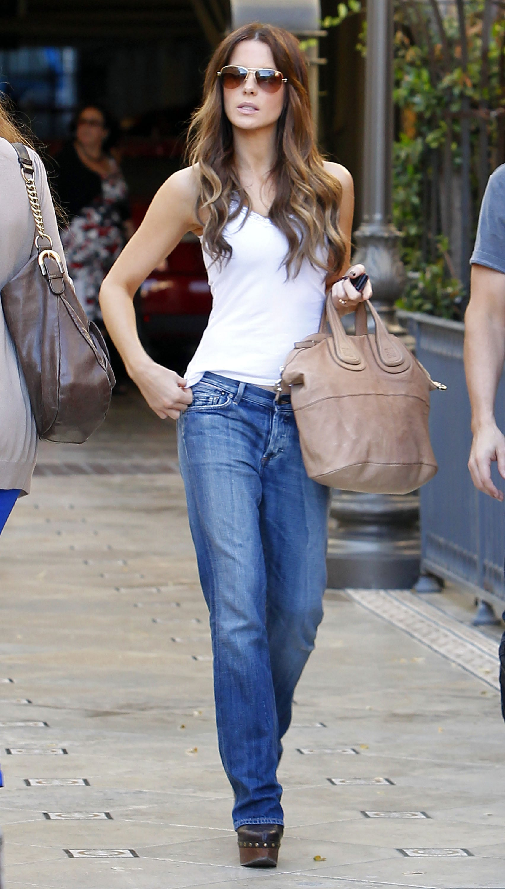 She makes easy work of the sort of outfit red-blooded males are always claiming to prefer: easy jeans and a plain white top. She's not scared of the boyfriend jean, either, wearing an oversize pair that nearly swallowed her frame (and still looked amazing!).