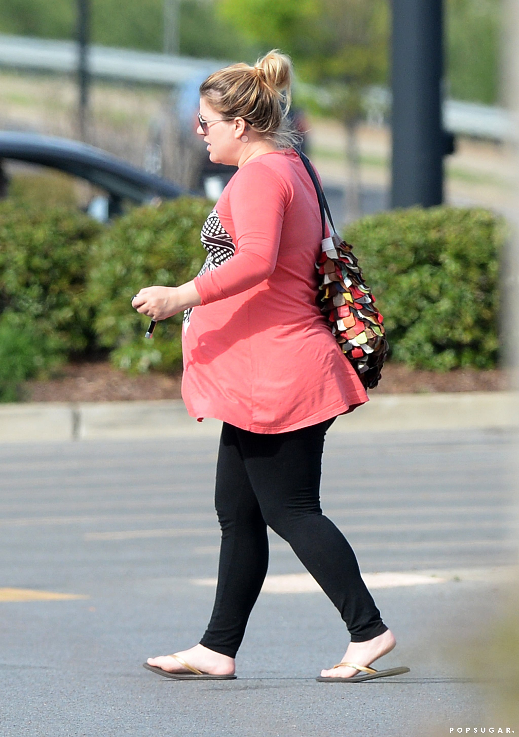 See Kelly Clarkson's Baby Bump!
