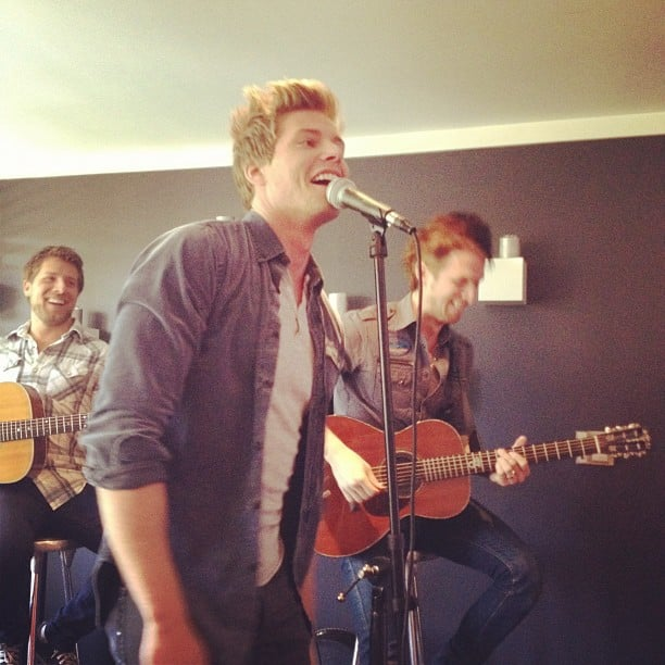 Hunter Parrish serenaded the crowd at 102.7 KIIS FM's Teen Choice Awards gifting suite. Source: Instagram user 1027kiisfm