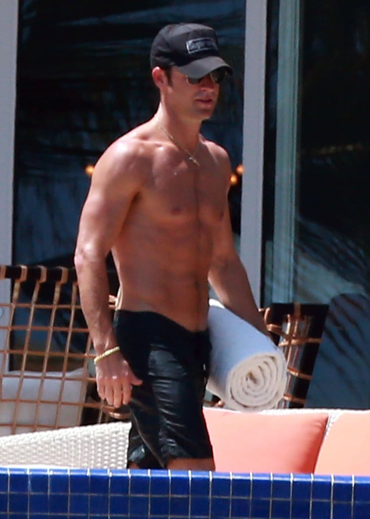 Justin Theroux showed off his abs in Mexico.