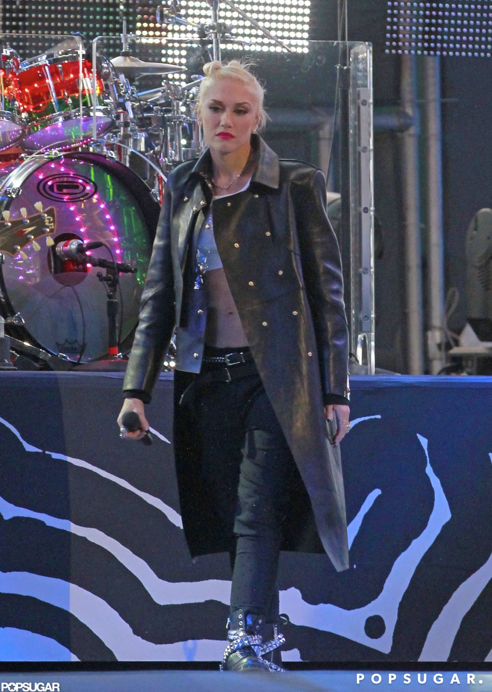 Gwen Stefani Shows Her Rock-Hard Abs and Sings For Jimmy Kimmel