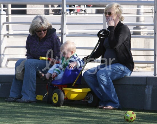 Pictures of Pregnant Amy Poehler and Archie Arnett Playing at Park in NYC 2010-04-13 10:35:44