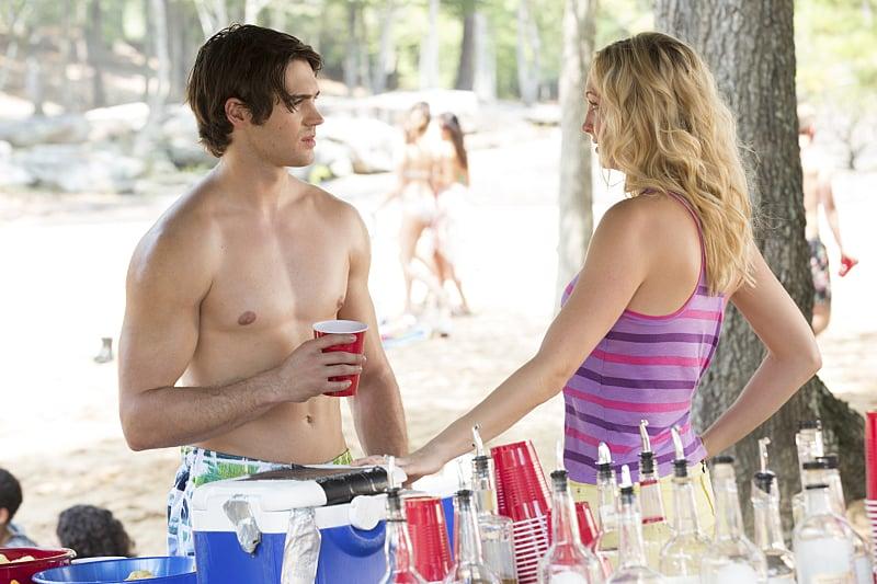 Quando Caroline cerca di distogliere lo sguardo dal petto impeccabile di Jeremy
