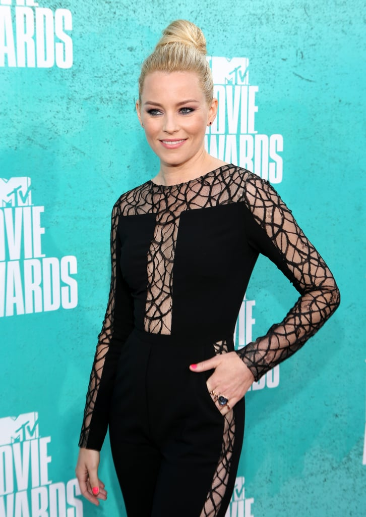 Elizabeth Banks played it cool at the MTV Movie Awards by stacking a couple oversized baubles on one hand.