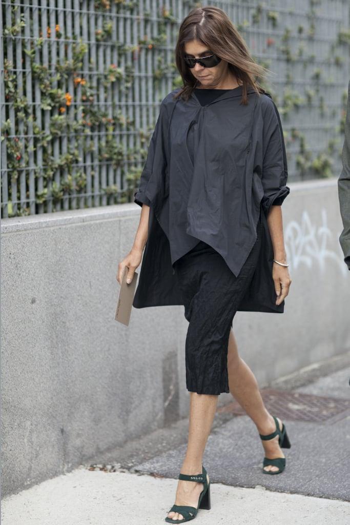 A black poncho creates a utilitarian air for Carine Roitfeld's ensemble.