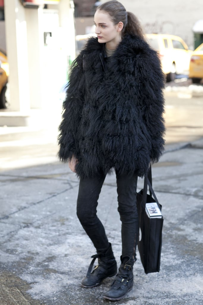 A fluffy black fur added volume to this off-duty uniform.