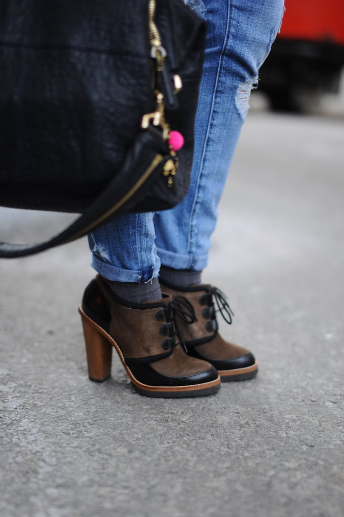 A pair of lace-up oxfords furthered the tomboy flair of these boyfriend jeans.