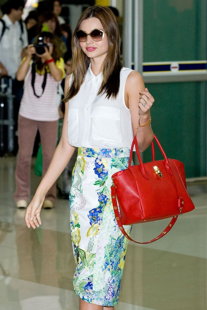 Miranda Kerr went to Seoul with a red handbag.