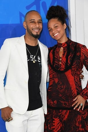 People Are Dragging Alicia Keys For Not Wearing Makeup To The VMAs