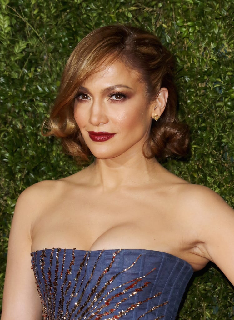 At the 2015 Tony Awards, Jennifer showed off a new short crop and paired the curly cut with a bold burgundy lipstick.
