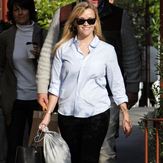 Reese Witherspoon Stops For Lunch at Brentwood Country Mart