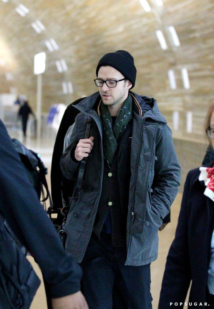 Justin Timberlake carried his bags through the Paris airport.