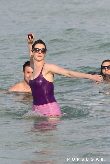 celebrityAnne-Hathaway-Adam-Shulman-Miami-Beach