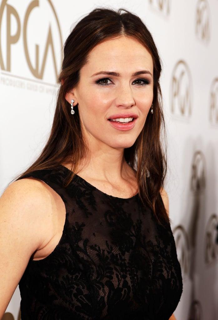 Garner completed her Oscar de la Renta look with chic diamond drop earrings.