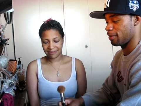 Video: Cute Boyfriend Puts Makeup on His Girlfriend 2011-04-19 14:14:26