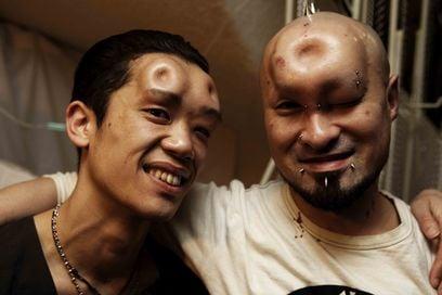 Très Bizarre: Bagel Face Body Modification
