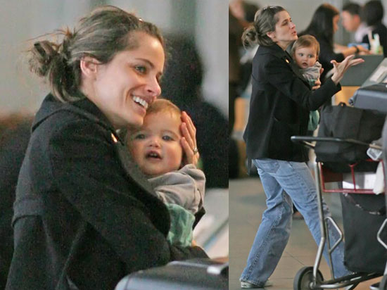 Amanda Peet and Frances Pen Benioff at the Vancouver Airport