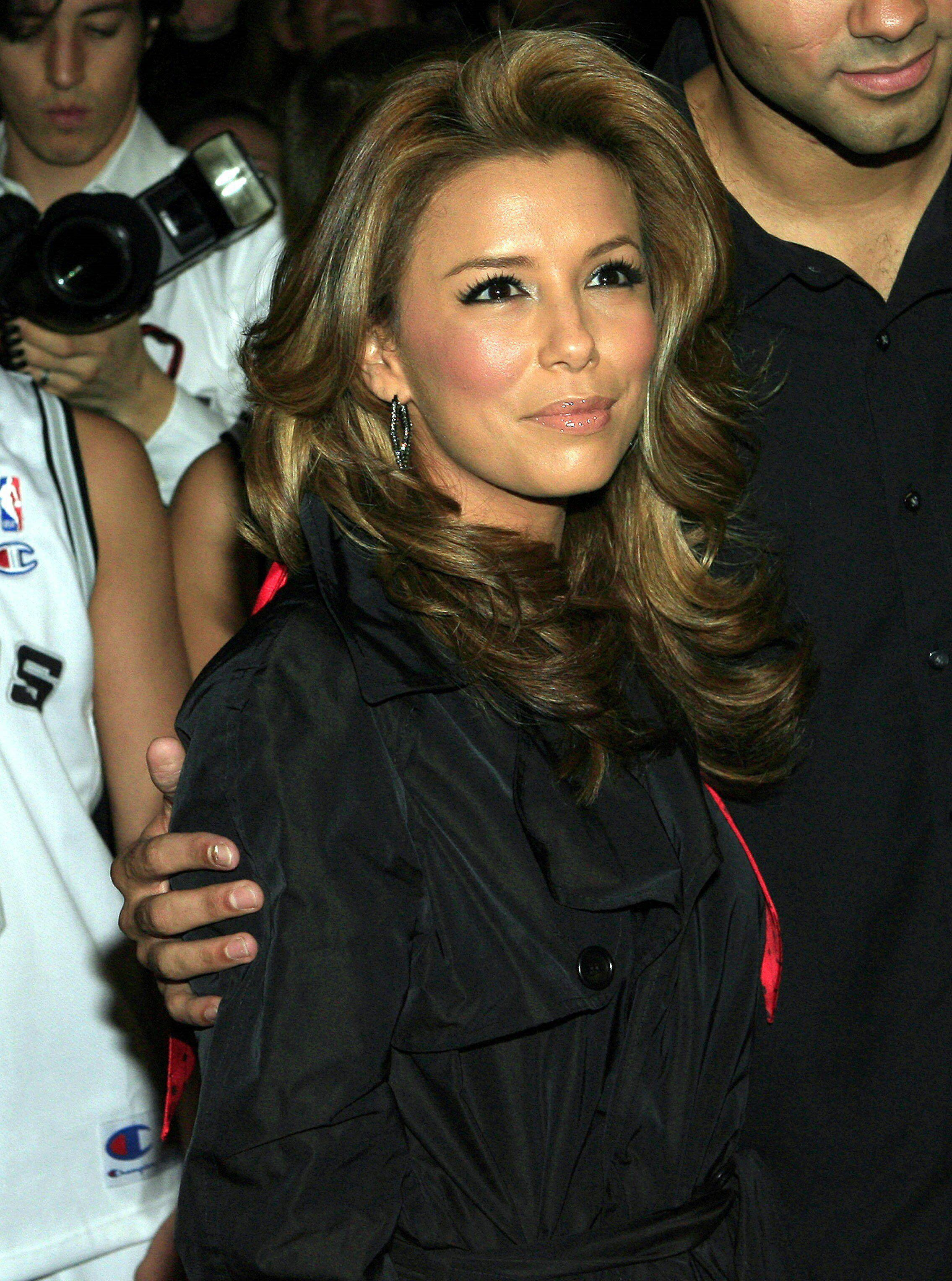 eva-longoria_dot_net-paris2006oct8-leavinghotel019