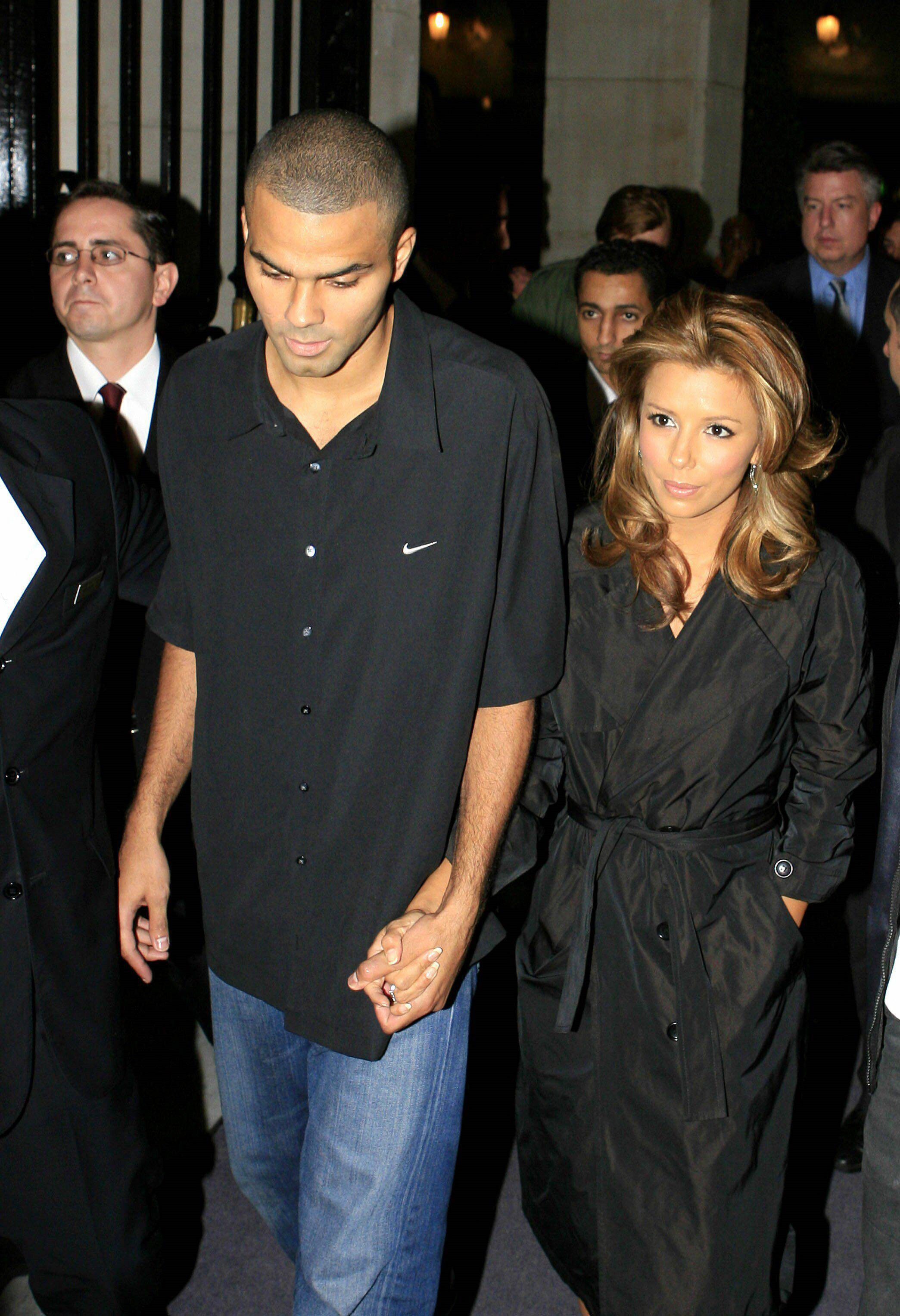 eva-longoria_dot_net-paris2006oct8-leavinghotel022