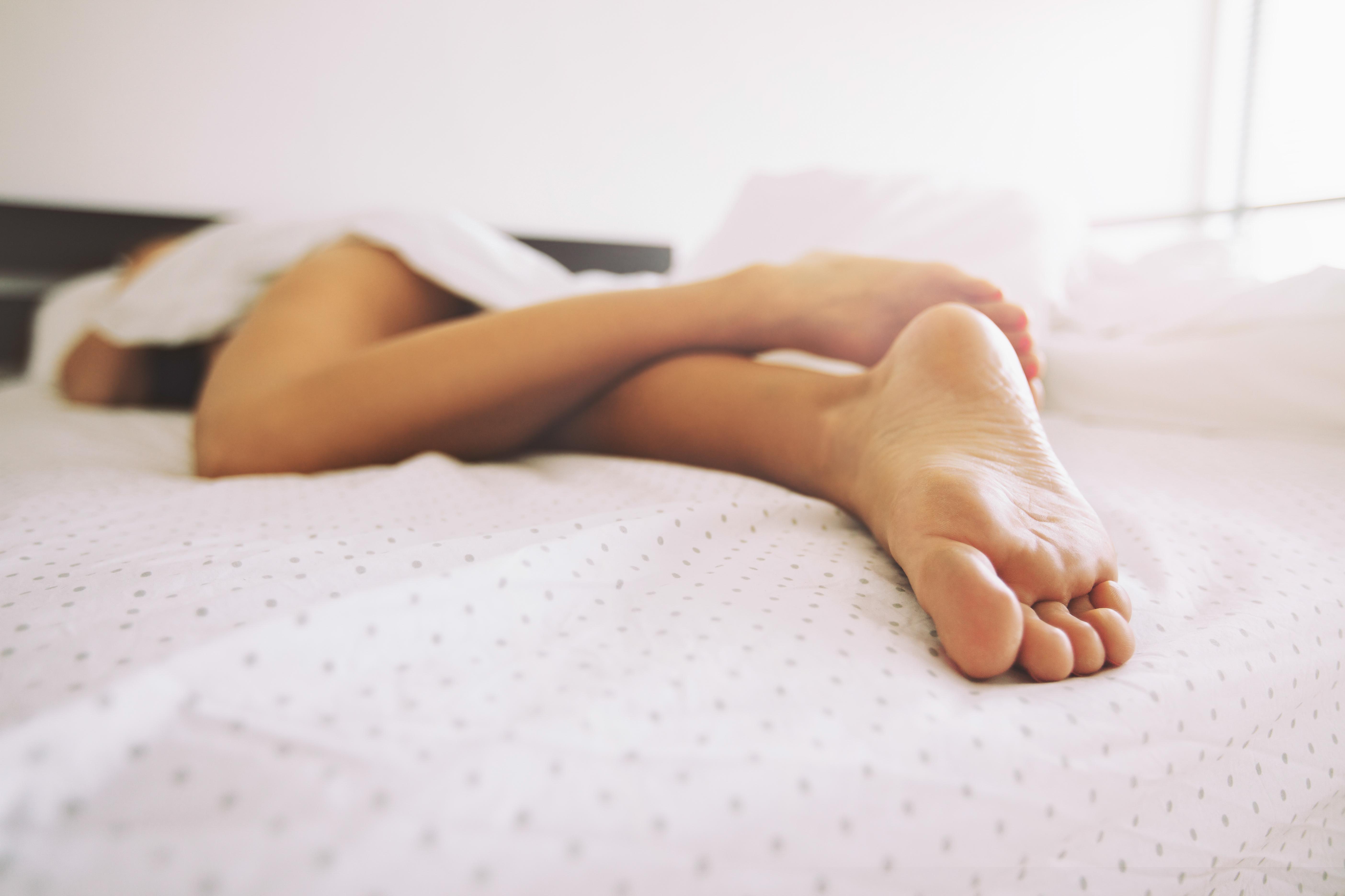 Фото женских ног в кровати 14 фотография