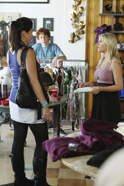Casey Wilson as Penny and Elisha Cuthbert as Alex on Happy Endings.</p> <p>Photo copyright 2011 ABC, Inc.